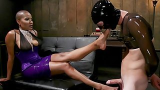 Dominant Ebony treats her get up to slave on every side harsh XXX